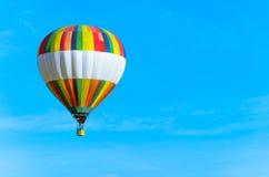 有蓝天的五颜六色的热空气气球 免版税库存图片
