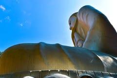 有蓝天的佛教徒 免版税图库摄影