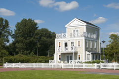 有蓝天的大木房子 免版税库存照片