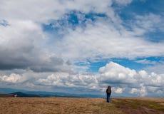 有蓝天的孤独的远足者 免版税库存照片