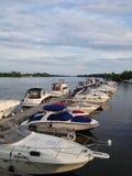 有蓝天的小船小游艇船坞 免版税库存图片
