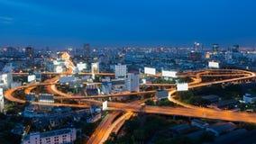 有蓝天的暮色城市高速公路交叉点 库存图片