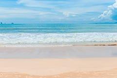 有蓝天的柔和的沙子和绿松石海 免版税图库摄影