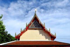 有蓝天的泰国寺庙屋顶 免版税库存图片