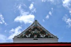 有蓝天的泰国寺庙屋顶 库存照片