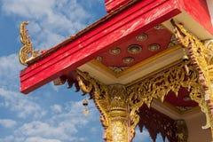 有蓝天的泰国寺庙屋顶 库存图片
