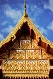 有蓝天的泰国寺庙屋顶 免版税图库摄影