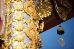 有蓝天的泰国寺庙屋顶 免版税库存照片