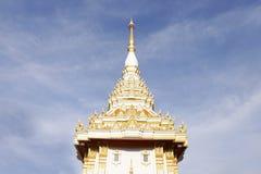有蓝天的泰国白色教会 免版税图库摄影