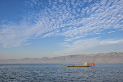 有蓝天的渔夫在湖 免版税图库摄影