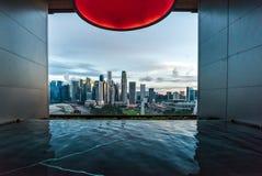 有蓝天的现代旅馆在反对现代大都会城市的日落蓝色小时 库存图片