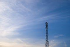 有蓝天的电岗位在早晨 免版税库存图片