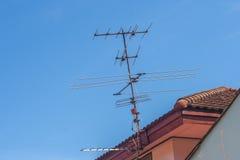 有蓝天的电视天线 图库摄影