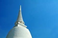 有蓝天的白色塔 库存图片