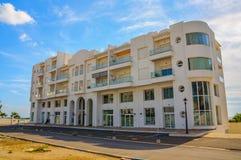 有蓝天的白色旅馆在Hammamet突尼斯 库存照片