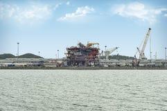 有蓝天的石油化工厂 免版税库存图片