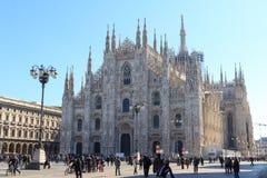 有蓝天的米兰大教堂 图库摄影