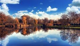 有蓝天的美丽的湖 免版税库存照片