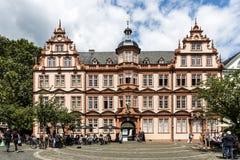 有蓝天的老历史的古腾堡博物馆在美因法 库存图片
