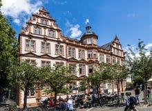 有蓝天的老历史的古腾堡博物馆在美因法 图库摄影