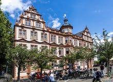 有蓝天的老历史的古腾堡博物馆在美因法 免版税库存图片