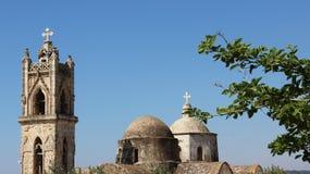有蓝天的老村庄教会在晴天 图库摄影