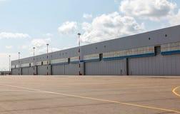 有蓝天的航空器飞机棚 免版税库存图片