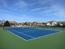 有蓝天的蓝色网球场 免版税库存照片
