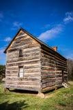 有蓝天的被保存的histric木屋 库存图片