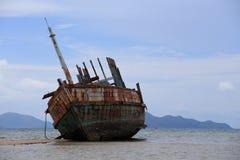有蓝天的被放弃的船 免版税图库摄影