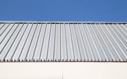 有蓝天的金属板墙壁 免版税库存图片