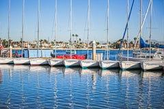 有蓝天的靠码头的帆船 图库摄影
