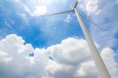 有蓝天的风车 免版税图库摄影
