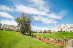 有蓝天的高尔夫球场 免版税库存照片