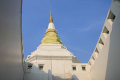 有蓝天的,泰国白色塔 库存照片