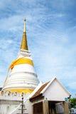 有蓝天的,泰国美丽的金黄塔 免版税库存照片