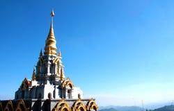 有蓝天的,泰国美丽的金黄塔 库存图片