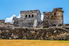 有蓝天的, Tulum archaeologi老被破坏的古老玛雅寺庙 图库摄影