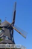 有蓝天的黑传统瑞典风车在夏天 免版税图库摄影