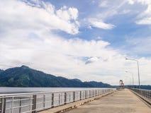 有蓝天的水坝 免版税库存照片