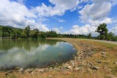 有蓝天的水坝 库存照片