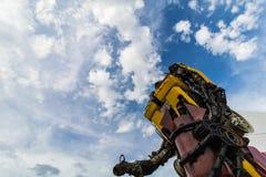 有蓝天的黄色手工制造机器人 免版税库存照片