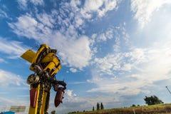 有蓝天的黄色手工制造机器人 库存照片