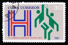 有蓝球运动员的图片的古巴,从系列XX夏天奥运会,慕尼黑, 1972年,大约1973年 免版税库存照片