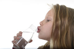 有蓝眼睛和金发的逗人喜爱的甜小女孩举行瓶水喝的7岁 库存照片