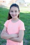 有蓝眼睛微笑的愉快的青春期前的女孩 库存照片