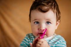 有蓝眼睛的一个美丽的矮小的婴孩 免版税图库摄影