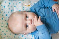 有蓝眼睛的可爱的男婴 库存照片