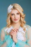 有蓝眼睛的可爱的年轻白肤金发的新娘 免版税库存图片