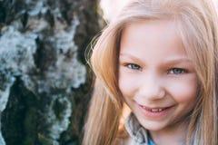 有蓝眼睛的小女孩 免版税库存照片